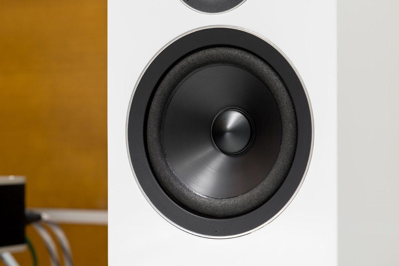 Алюминиевый диффузор и подвес из пеноматериала дают 100% поршневой режим работы и звук без искажений