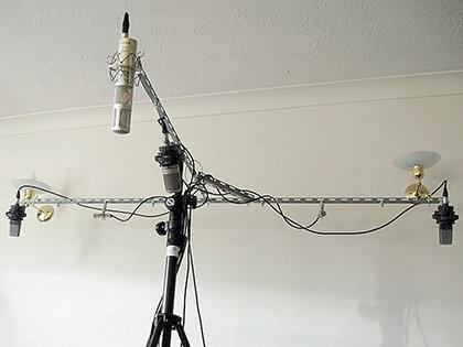 В небольших помещениях четыре микрофона устанавливают ближе к потолку, чтобы они могли «ловить» отражения, формирующие атмосферу